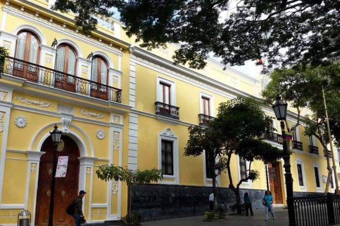 Gobierno de Maduro expulsa a un funcionario de la embajada colombiana