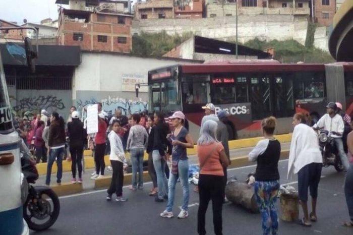 En El Junquito y la Cota 905 también protestan por falta de alimentos