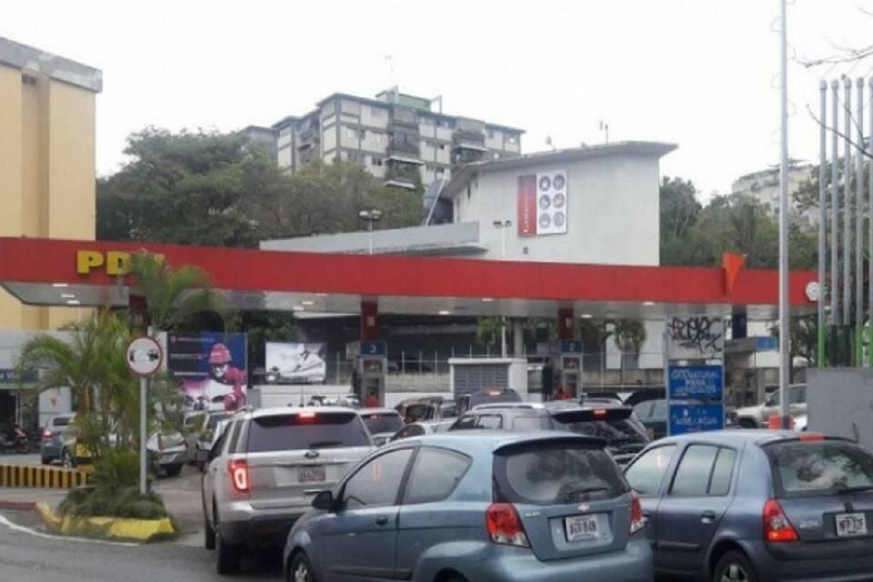 Pocas gasolineras funcionan en Caracas y las colas se alargan para llenar tanques