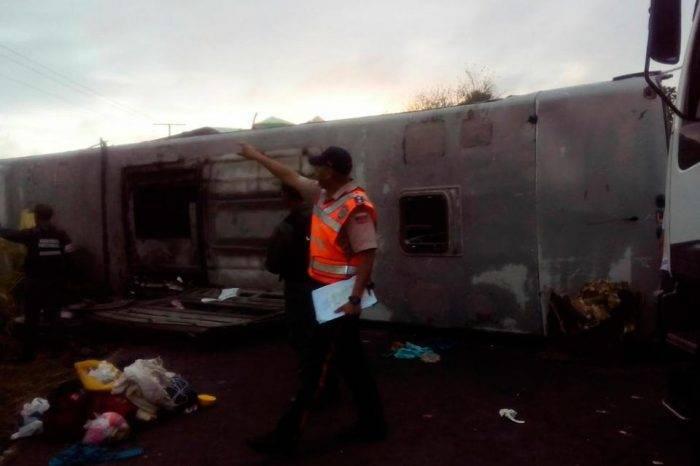 Autobús con pasajeros venezolanos se volcó en carretera de Colombia