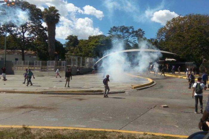 Lanzan bombas lacrimógenas en el edificio de Faces de la UCV