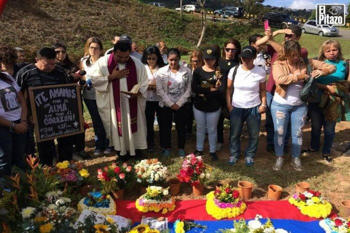 Realizaron una misa en la tumba de Óscar Pérez