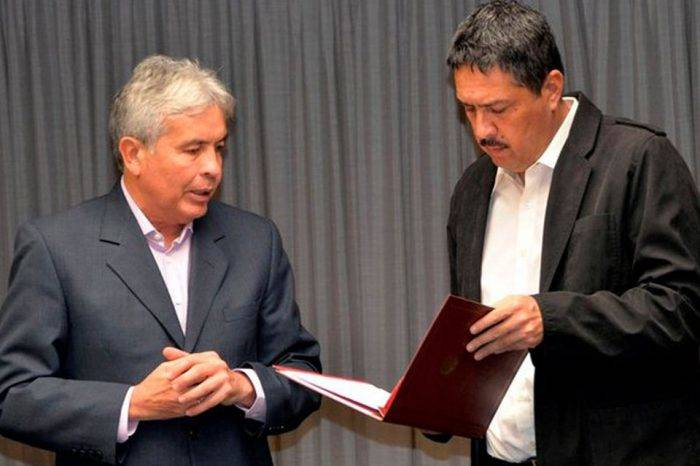 Wilmar Castro entrega propuesta de Dicom a Ramón Lobo