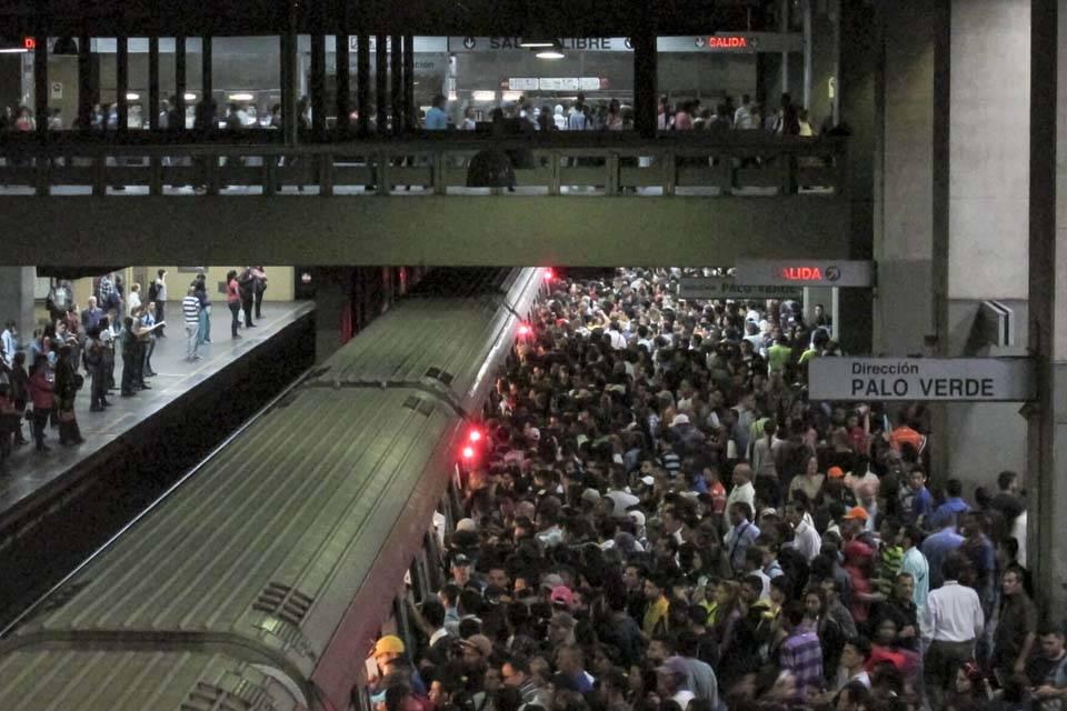 El Metro de Caracas, un servicio que se hunde y arrastra a sus trabajadores