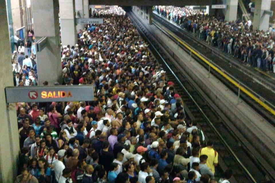 Resultado de imagen para metro de caracas plaza venezuela gente estacion