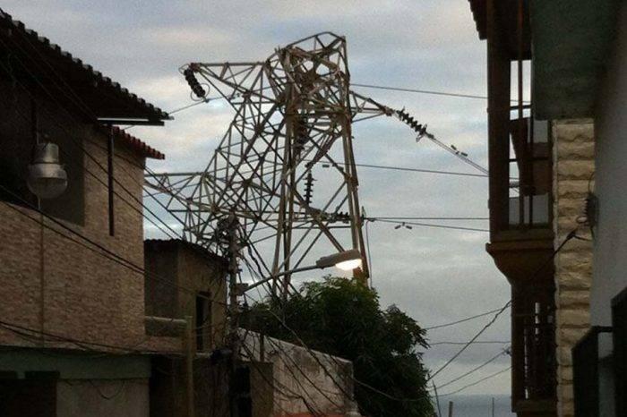 Torre eléctrica colapsada en Vargas