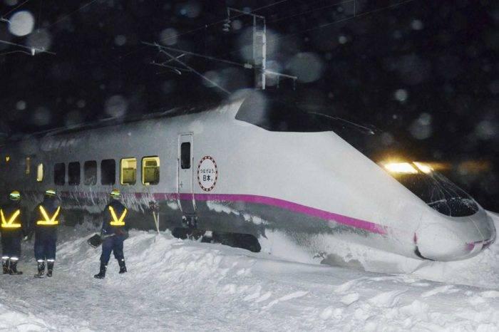 430 pasajeros de un tren pasaron la noche bajo la nieve en Japón