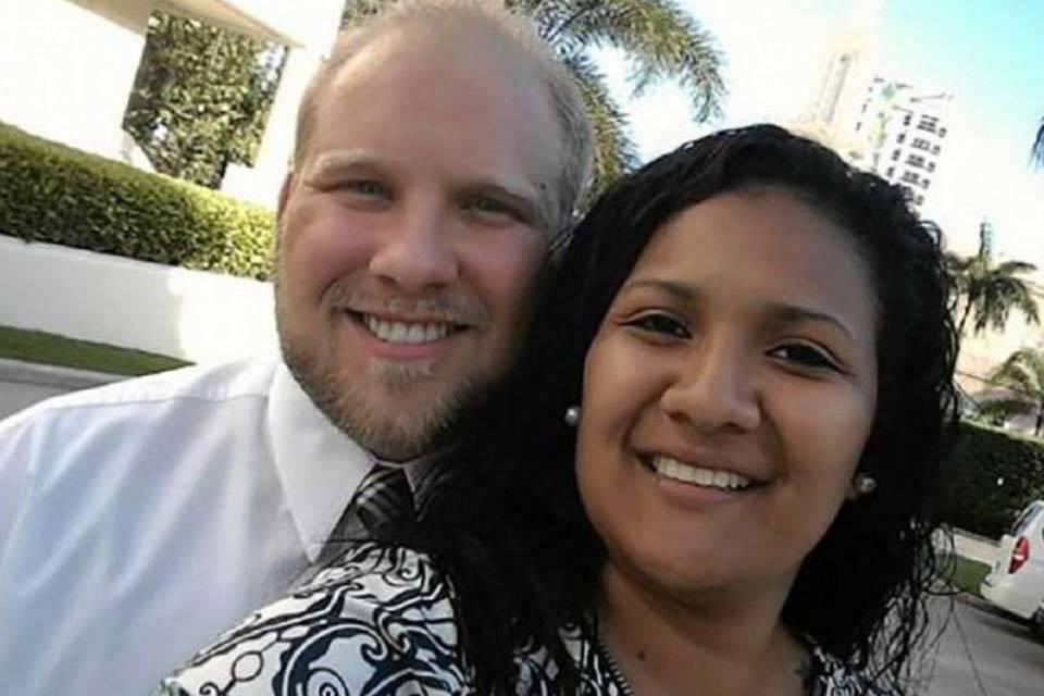 Joshua Holt y esposa