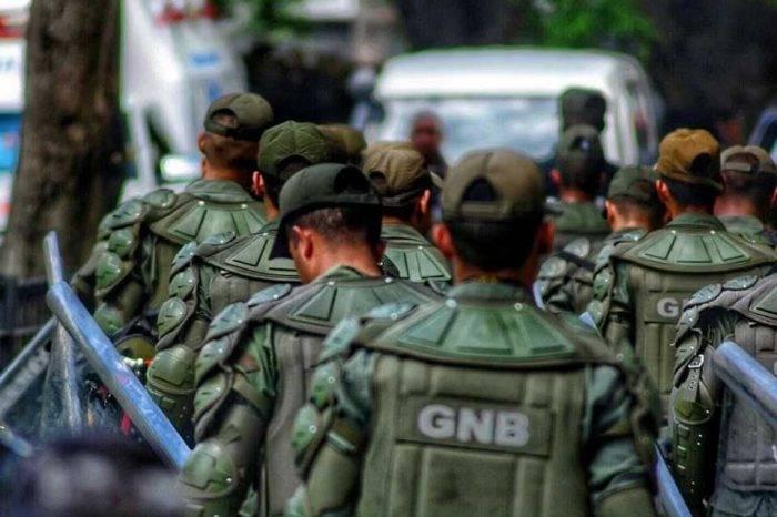 Guardia Nacional detiene a periodista en estación de servicio en Cojedes