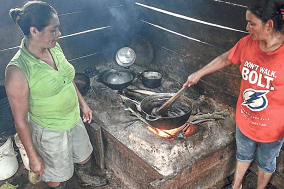 Cocinando con leña. Foto: Arichivo/END
