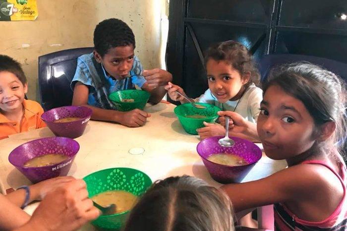 Niños comiendo. Foto: Roberto Patiño