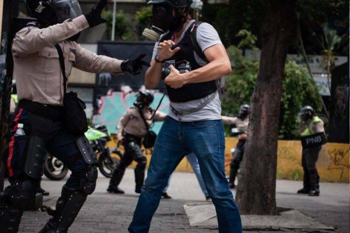 Obligan a periodistas a borrar material