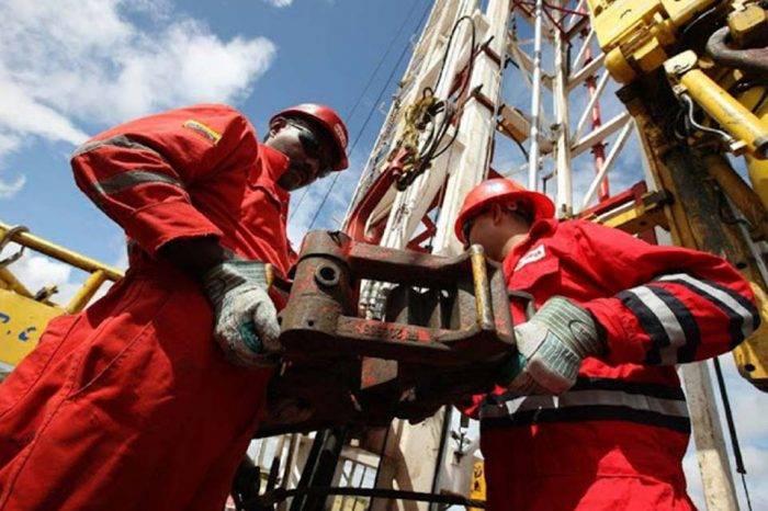 AIE prevé que producción de crudo venezolano seguirá cayendo