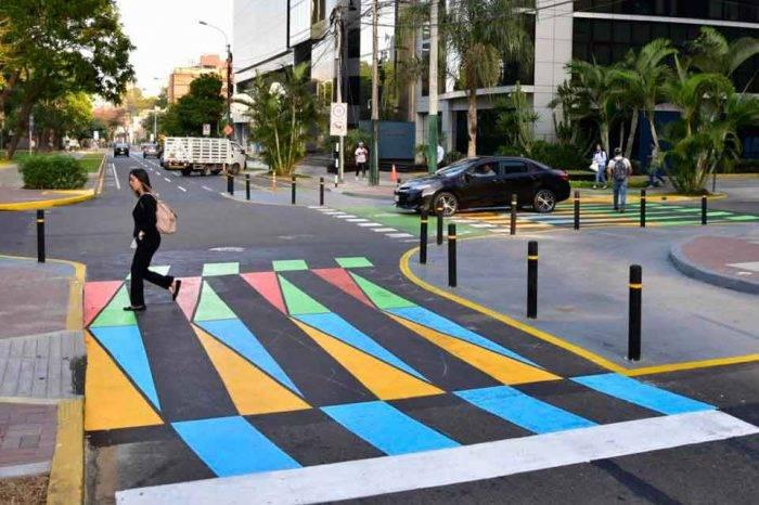 FOTOS| Cruz-Diez llena de color los cruces peatonales de la capital peruana