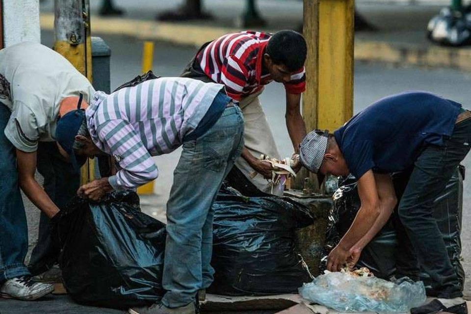 Personas comiendo de la basura