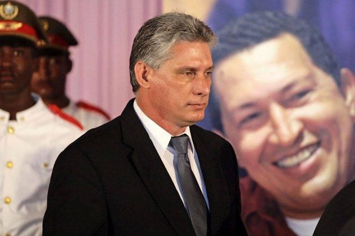 Miguel Díaz Canel con imagen de Chávez