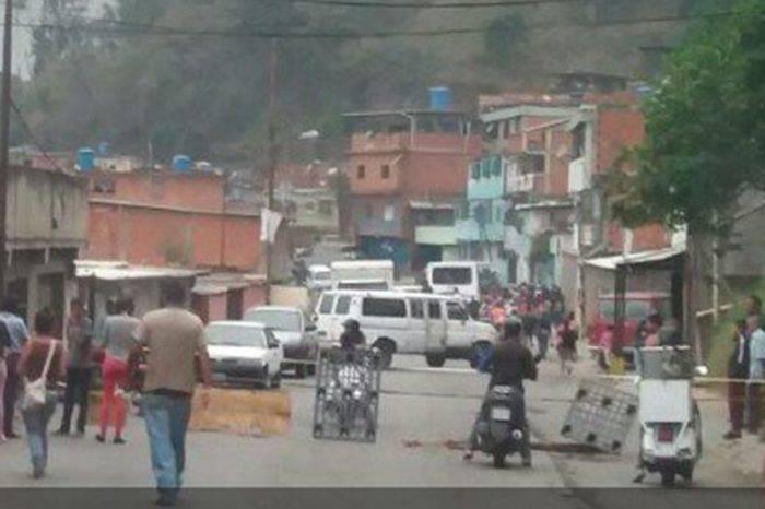 Habitantes de Filas de Mariche trancaron la vía por falta de agua
