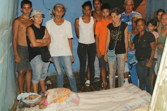 Familia vela en un colchón de su casa a fallecida por no tener plata para el entierro