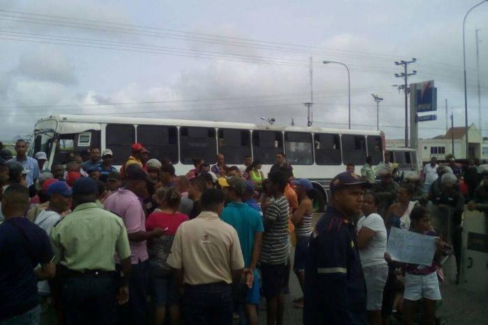 Vecinos trancan acceso a Higuerote para exigir entrega de cajas CLAP