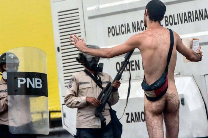 Venezolano al desnudo. Foto: AFP