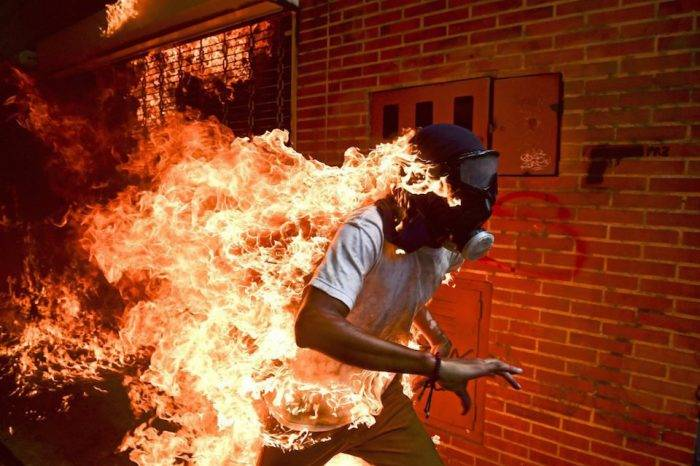 Foto de venezolano envuelto en llamas durante protestas gana World Press Photo 2018
