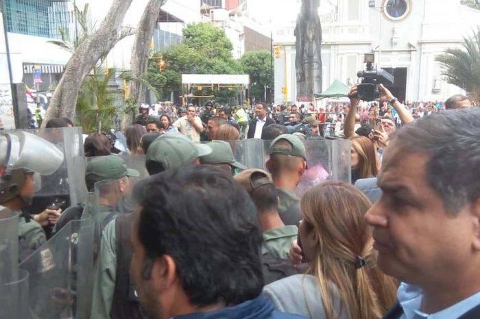 GN agrede a periodistas y diputados en las inmediaciones de la AN