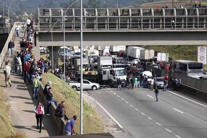Temer autoriza al Ejército desbloquear carreteras para acabar huelga de camioneros