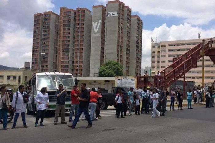 Trabajadores del materno infantil de El Valle manifestaron para que les paguen su sueldo