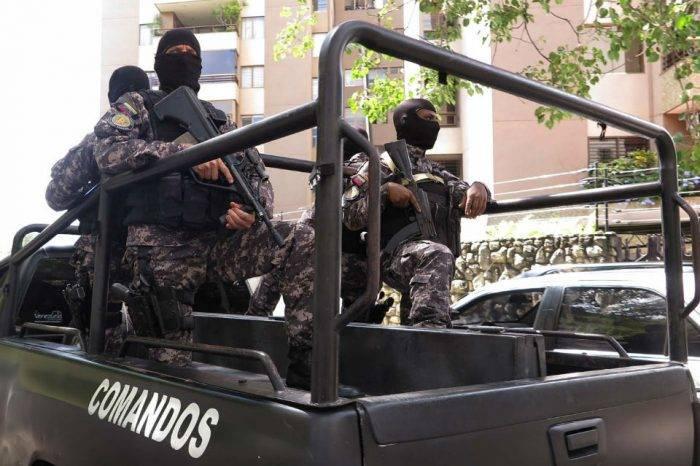 Sebin inspecciona con armas largas horarios en escuelas del Táchira