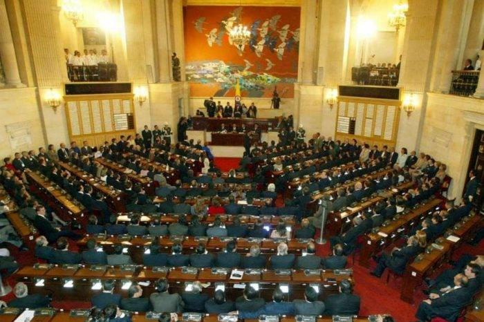Proyecto de ley busca congelar bienes de dirigentes chavistas en Colombia