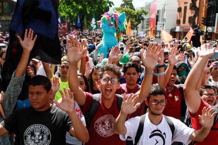 Oposición convoca una protesta nacional por el día del estudiante universitario