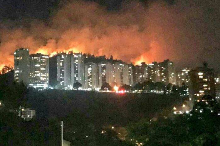 Bomberos no logran controlar incendio en urbanización Manzanares
