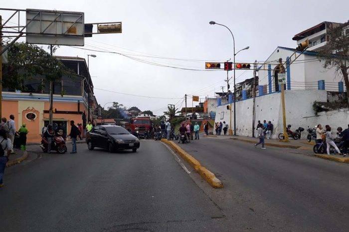 Accesos hacia El Hatillo fueron cerrados por manifestantes que exigen agua