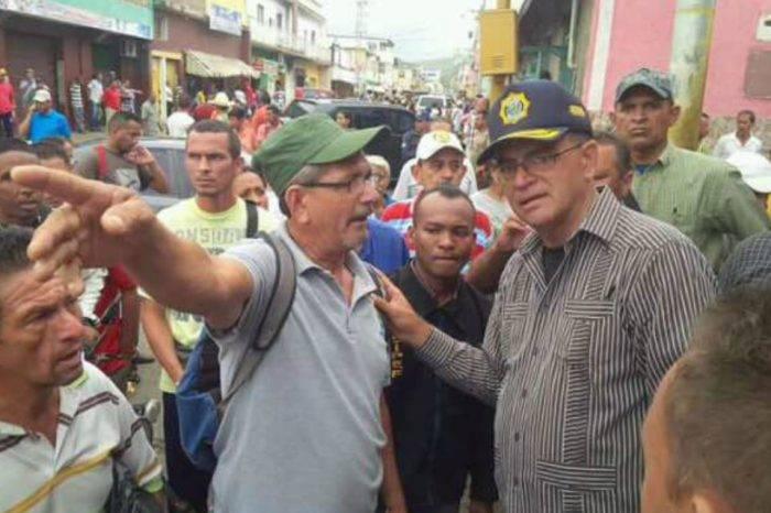 Comisario Rodríguez León amedrenta a comerciantes de Falcón
