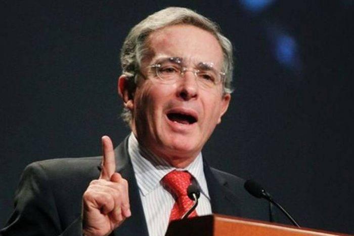 """Álvaro Uribe: Venezuela necesita """"salida de fuerza"""" y no diálogo"""