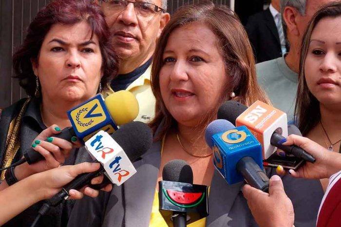 Dinorah Figuera condenó la persecución en contra de la esposa del diputado Olivares