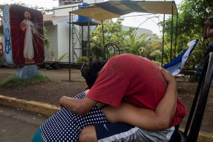Un muerto y decenas de heridos deja cerco paramilitar a iglesia en Managua