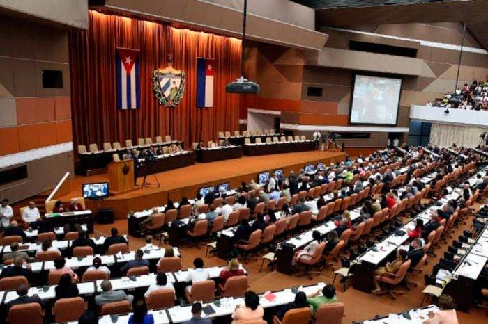 Parlamento cubano aprueba nuevo proyecto de Constitución con apertura al mercado