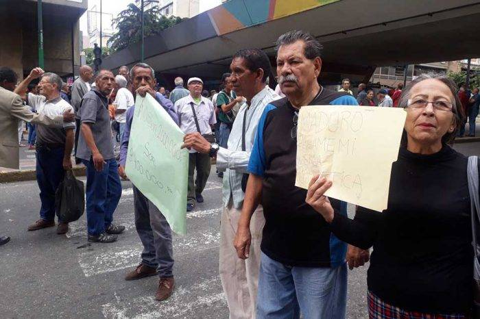 Pensionados en Caracas protestan porque solo les pagan Bs 2.000.000 en efectivo