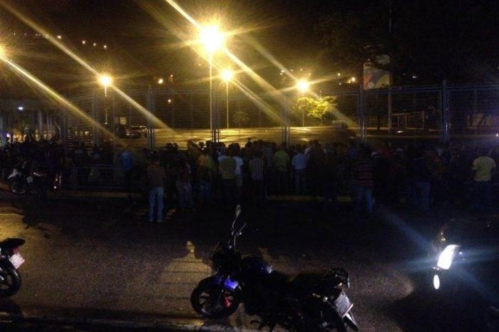 Venta de lubricantes regulados en el Poliedro generó caos en Caracas