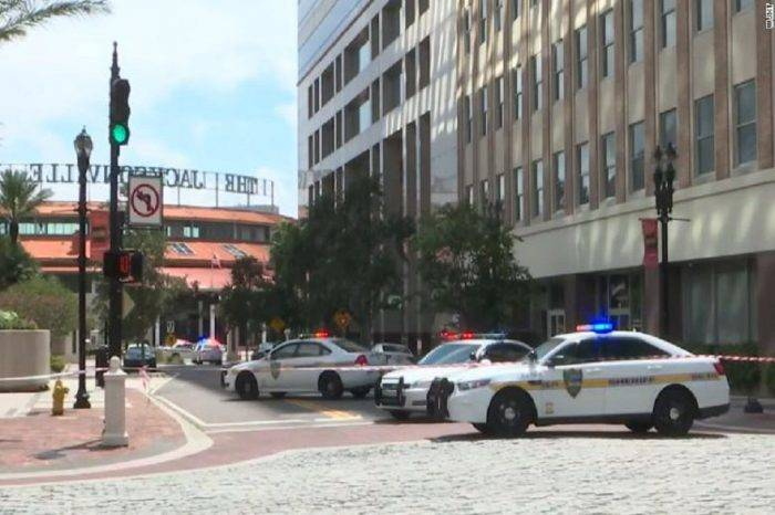 "Cuatro muertos en un ""tiroteo masivo"" en un centro comercial de Florida"