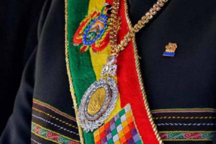 "Recuperan símbolos patrios de Bolivia que le habían robado a custodio ""gozón"""