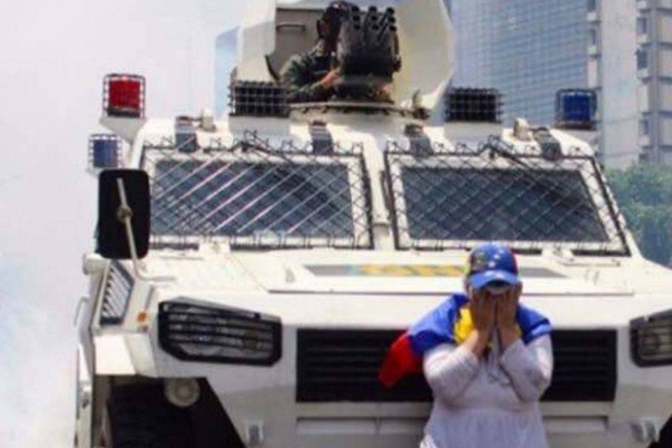 Mujer para tanqueta. Foto: Rosario3.com