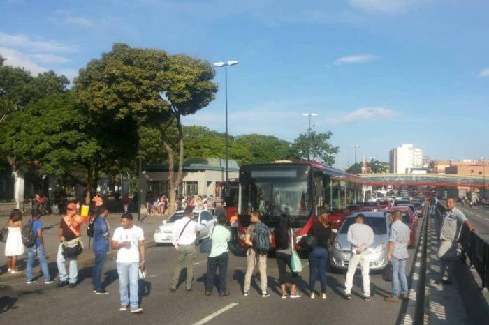 Pasajeros protestan en Gato Negro por aumento del pasaje