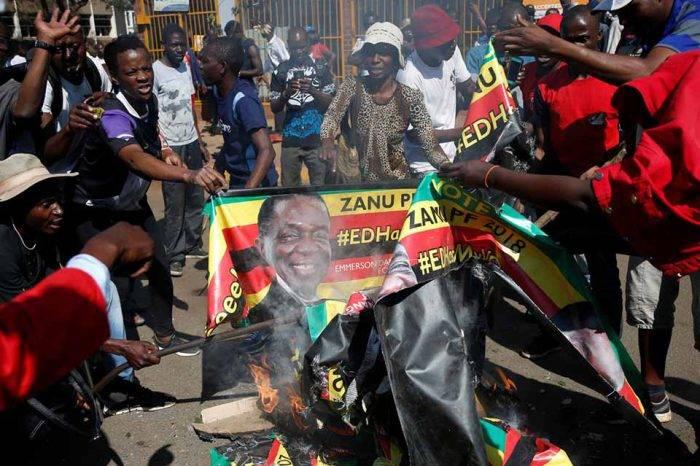Al grito de fraude, opositores en Zimbabue se enfrentan con las fuerzas de seguridad