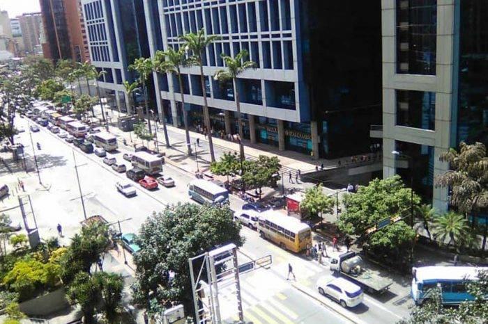 """Transportistas en Caracas dan """"golpe"""" al Censo Nacional de Transporte con protesta"""