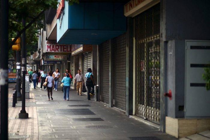 Venezolanos temen reducción drástica de empleos por el paquetazo rojo de Maduro