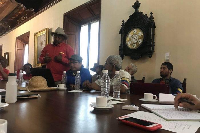 Campesinos se las cantan a Maduro en cadena nacional