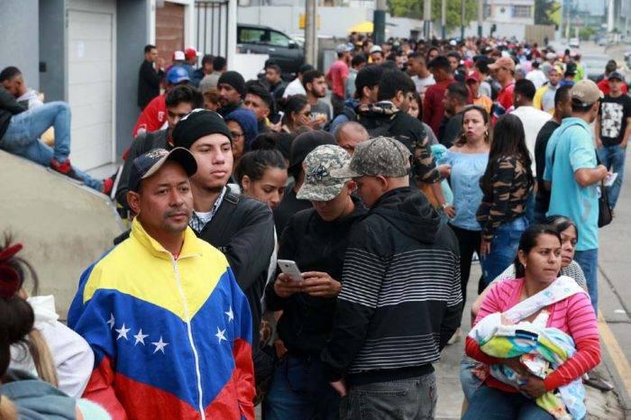 Venezolanos que llegaron tarde y sin pasaporte piden refugio a Perú