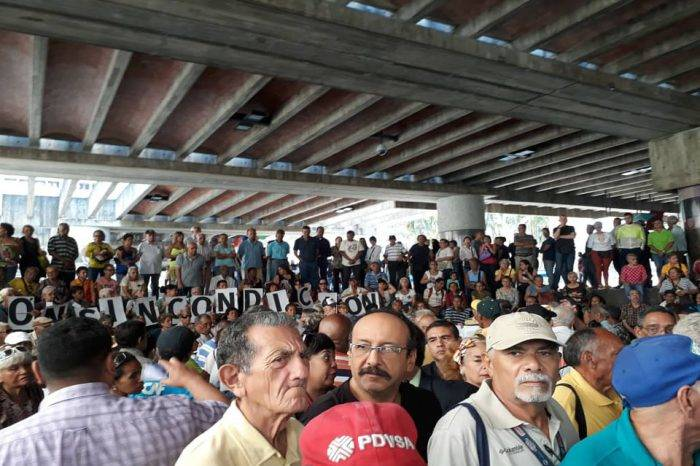 Pensionados ratifican su rechazo a la imposición del carnet de la patria para cobrar